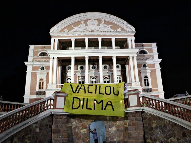 Ambientalistas se reuniram no Largo São Sebastião para mostrar descontentamento com a atual postura da presidenta Dilma em relação ao novo Código Florestal (Foto: Marcos Dantas / G1 AM)