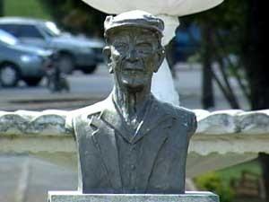 Busto do médium Chico Xavier (Foto: Reprodução/TV Integração)