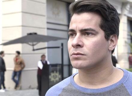 Teaser: Júlio chega para trabalhar e se depara com faixas: 'Ladrão'