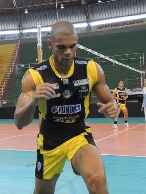 Oposto Edinho treina forte durante o carnaval (Foto: Fredson Souza/MCV)