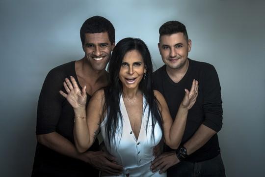 Gretchen posa entre os autores da biografia, Gerson Couto e Fábio Fabrício Fabretti  (Foto: Divulgação)