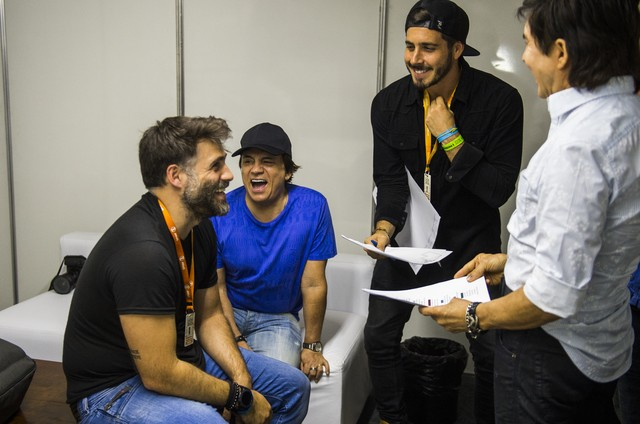 """Chitãozinho e Xororó repassam o roteiro do """"Show da virada"""" com Raoni Carneiro (Foto: Rede Globo / João Miguel)"""