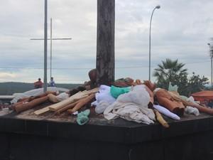 Ex-votos são deixados em vários locais da cidade (Foto: Ellyo Texeira/G1)