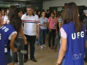UFG realiza segunda etapa do vestibular 2012/1 (Foto: Reprodução/TV Anhanguera)