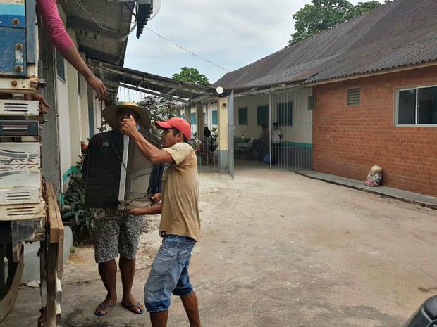 Famílias que estão no abrigo da Santa Casa são retiradas nesta sexta-feira (17) (Foto: Adelcimar Carvalho/G1)