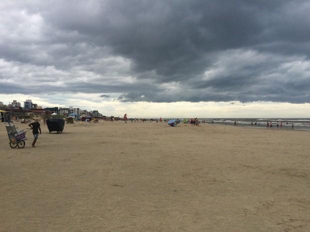 Veranistas deixaram a praia quando nuvem escura encobriu o céu (Foto: Josmar Leite/RBS TV)