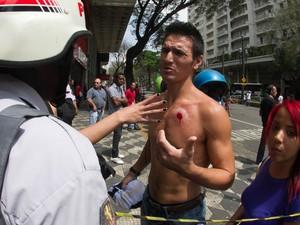 Com ferida de uma bala de borracha no peito, homem conversa com policial em meio a confronto no Centro de São Paulo (Foto: Dario Oliveira/Código19/Estadão Conteúdo)
