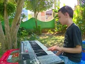 Nicolas adora tocar piano (Foto: Reprodução/RBS TV)