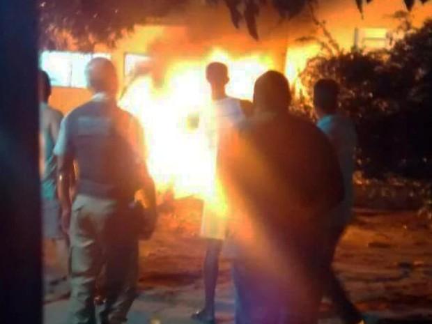 Ambulância pegou fogo em hospital de Boa Vista do Tupim (Foto: VC no G1)