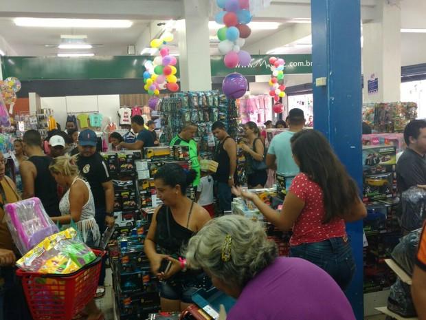 ede70183c No AP, clientes lotam lojas em busca de presentes no Dia das Crianças