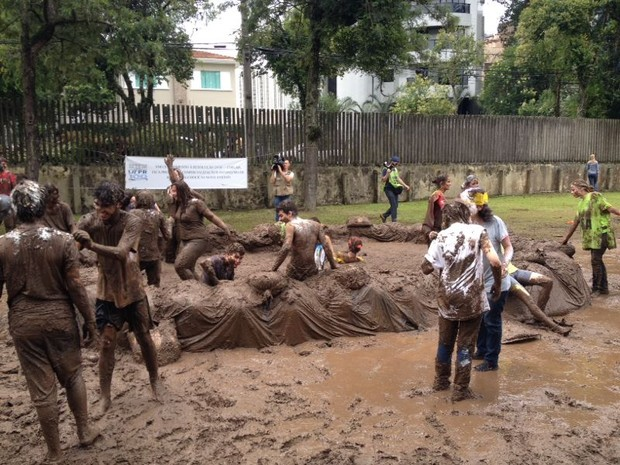 Calouros comemoram aprovação com o tradicional banho de lama (Foto: Thais Kaniak/ G1)
