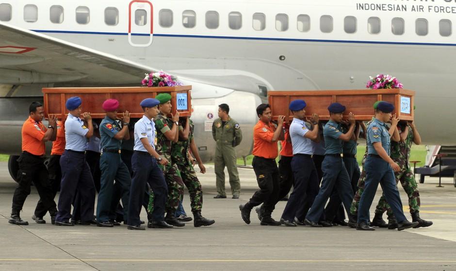 Soldados da Indonésia carregam corpos dos ocupantes do avião da AirAsia que caiu no domingo (28) no mar de Java com 162 pessoas a bordo. Até agora, oito corpos foram resgatados