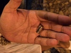 Cápsula de bala é encontrada durante manifestação (Foto: Marcelo Elizardo / G1)