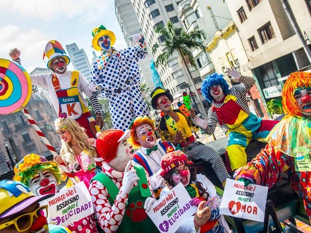 Grupo de palhaços protesta no centro de São Paulo contra a onda de pessoas vestindo máscaras de palhaços para assustar pedestres. A onda de 'palhaços assustadores' começou nos EUA e se espalhou para vários países (Foto: Cris Faga/Fox Press Photo/Estadão Conteúdo)
