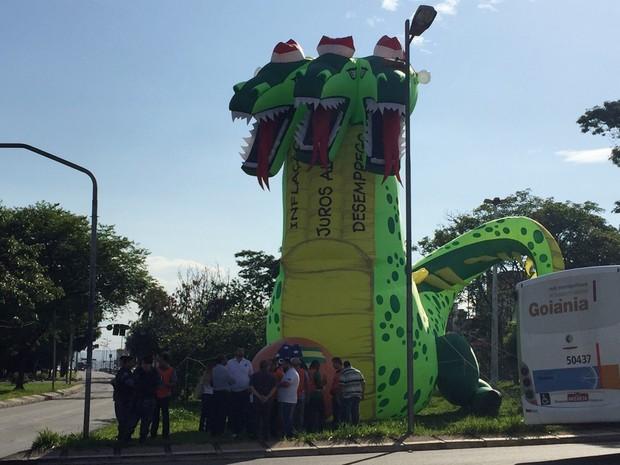 Dração inflável está na Praça da Bílbia, em Goiânia, Goiás (Foto: Murillo Velasco/G1)