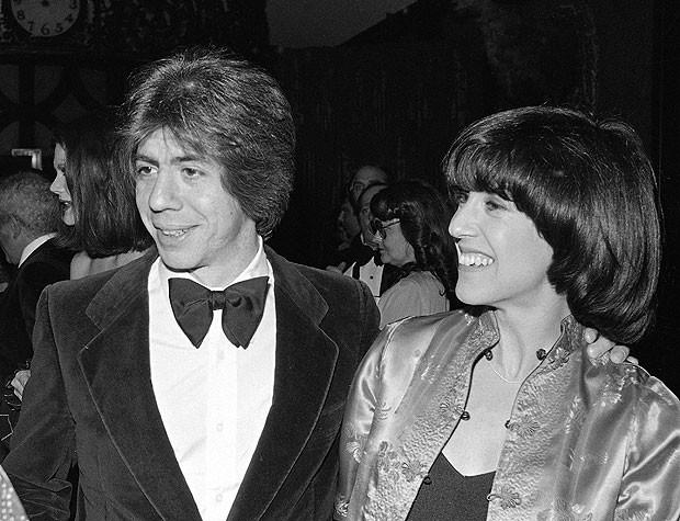 Em foto de 1978, a cinesta e roteirista Nora Ephron, morta em 26 de junho de 2012, posa ao lado do então marido, o jornalista Carl Bernstein, em Nova York (Foto: Richard Drew/AP)