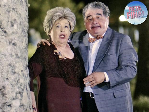 Marieta e Vicente são surpreendidos namorando atrás da árvore (Foto: TV Globo)