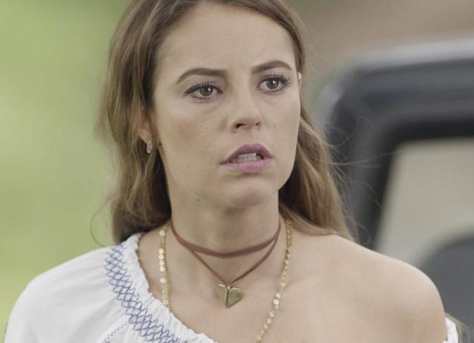 A esposa de Felipe fica chocada com o que ouve (Foto: TV Globo)