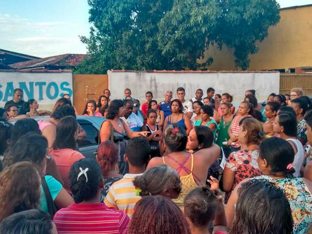 Professores e alunos se reuniram na rua em Cabo Frio (Foto: Denize Alvarenga / Arquivo Pessoal)