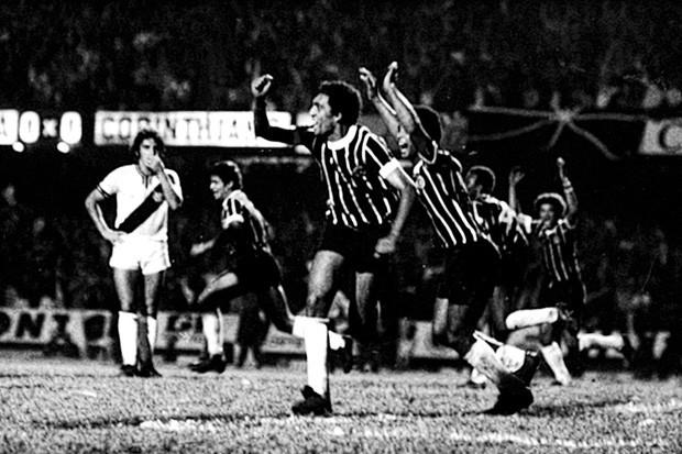 Basílio comemora o gol que tirou o Corinthians de uma fila de 23 anos (Foto: Reprodução)