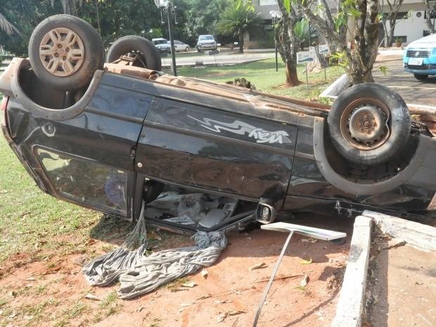 Carro parou com as quatro rodas para cima (Foto: Nadyenka Castro/G1 MS)