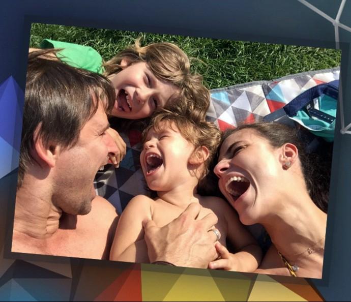 Fernanda Tavares mostra foto com a família no Altas Horas (Foto: Reprodução)