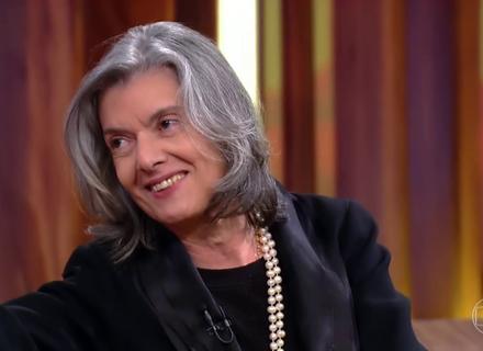 Internautas elogiam jeito descontraído da ministra Cármen Lúcia na estreia do 'Conversa com Bial'