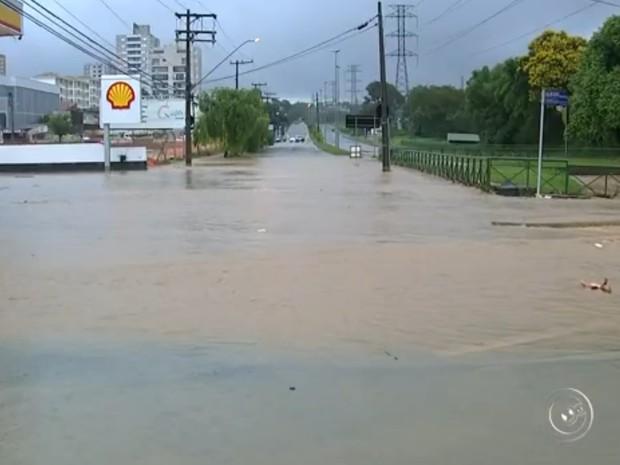 Várias ruas ficaram inundadas e córregos transbordaram (Foto: Reprodução/TV TEM)