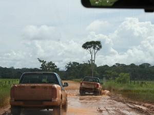 Trecho entre Juína e Aripuanã, noroeste de Mato Grosso, tem mais de 200 quilômetros de estrada de chão (Foto: Amanda Sampaio/G1 MT)