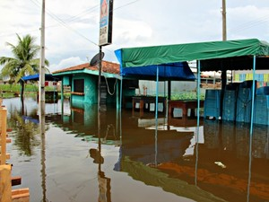 Comércios de Manacapuru fecharam por causa da cheia (Foto: Suelen Gonçalves/G1 AM)