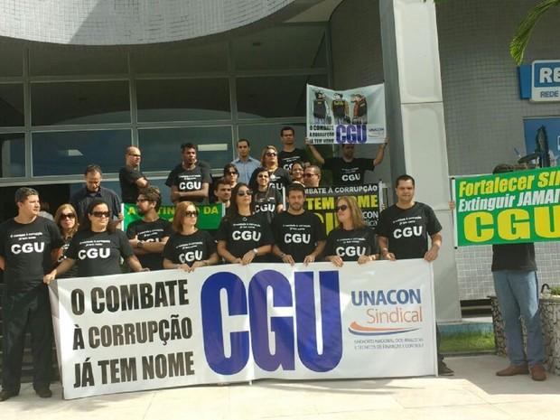 Servidores da extinta Controladoria-Geral da União (CGU) realizaram ato nesta sexta-feira (3), em Maceió (Foto: Lucas Leite/G1)