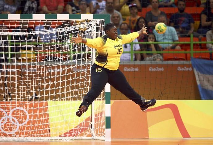 Teresa Almeida, goleira de handebol da Angola (Foto: Reuters)
