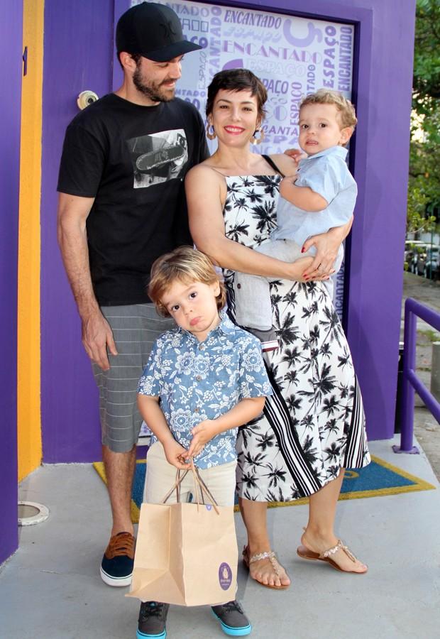 Regiane Alves e o marido, João Gomez, com os filhos João Gabriel e Antonio (Foto: AgNews)