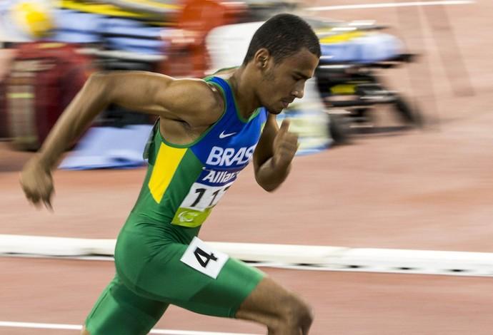 Daniel Tavares deixou espanhol e russo para trás, conquistando o ouro inédito no Mundial Paralímpico de Atletismo, em Doha, com tempo de 48s27 (Foto: Daniel Zappe/CPB)