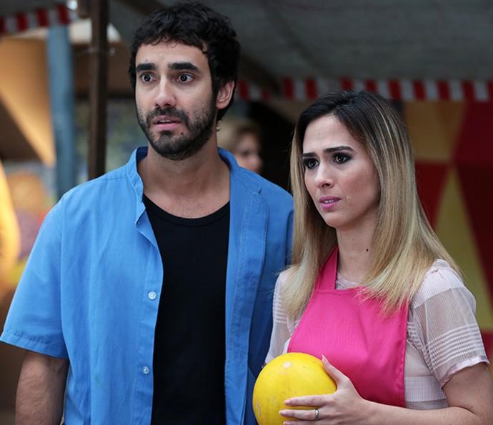 Leozinho e Fedora não escondem surpresa ao darem de cara com a ex-feirante (Foto: Isabella Pinheiro/Gshow)