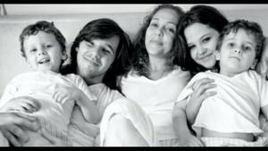 Isabela Garcia posa com os quatro filhos  (Foto: Arquivo pessoal )