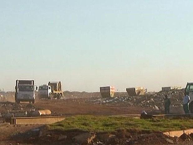 Caminhões circulavam no lixão da Estrutural no início da manhã desta sexta-feira (19) (Foto: TV Globo/Reprodução)