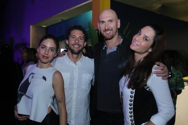 Flávio Canto com a namorada, Alice Bento, e o casal Nalbert e Amanda Lee (Foto: Daniel Pinheiro / AgNews)