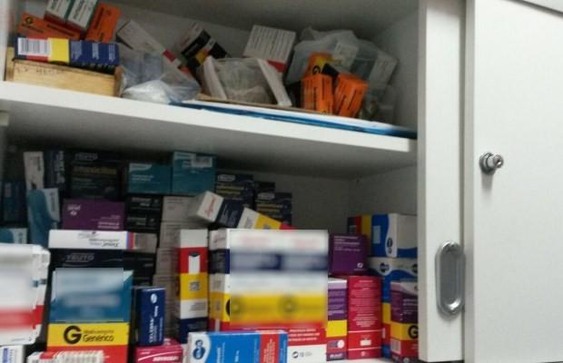 Medicamentos estavam trancados dentro de armário em drogaria de Goiânia, Goiás (Foto: Reprodução/ TV Anhanguera)
