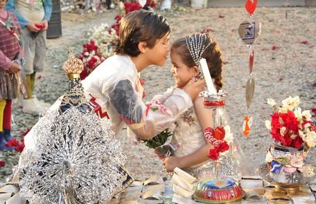 Rita (Mel Maia) e Batata (Bernardo Simões) celebraram sua 'união' no lixão de 'Avenida Brasil' TV Globo / Estevam Avellar