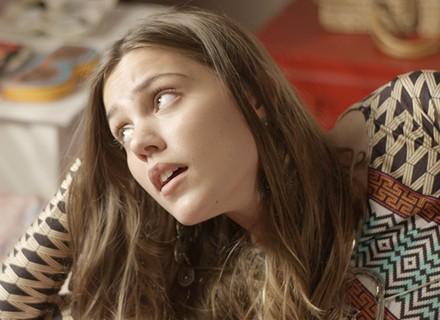 Alina tenta queimar o filme de Luciana com Lívia