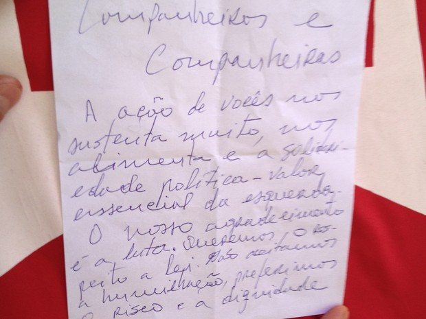 Carta escrita por presos do mensalão na Papuda (Foto: Luciana Amaral/G1)