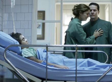 Alice e Vitor sofrem ao ver Lucas hospitalizado