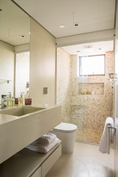 Inspirese nesse apê com predomínio de madeira e texturas  Casa e Jardim  D -> Banheiro Decorado Com Cimento Queimado