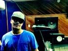Gravando CD solo, Thiago Martins posa em estúdio