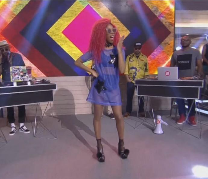 Karol Conka participa da brincadeira no palco do 'Encontro' (Foto: TV Globo)