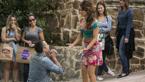 'Haja': Apolo se ajoelha e pede desculpas a Tancinha (Raphael Dias/Gshow)