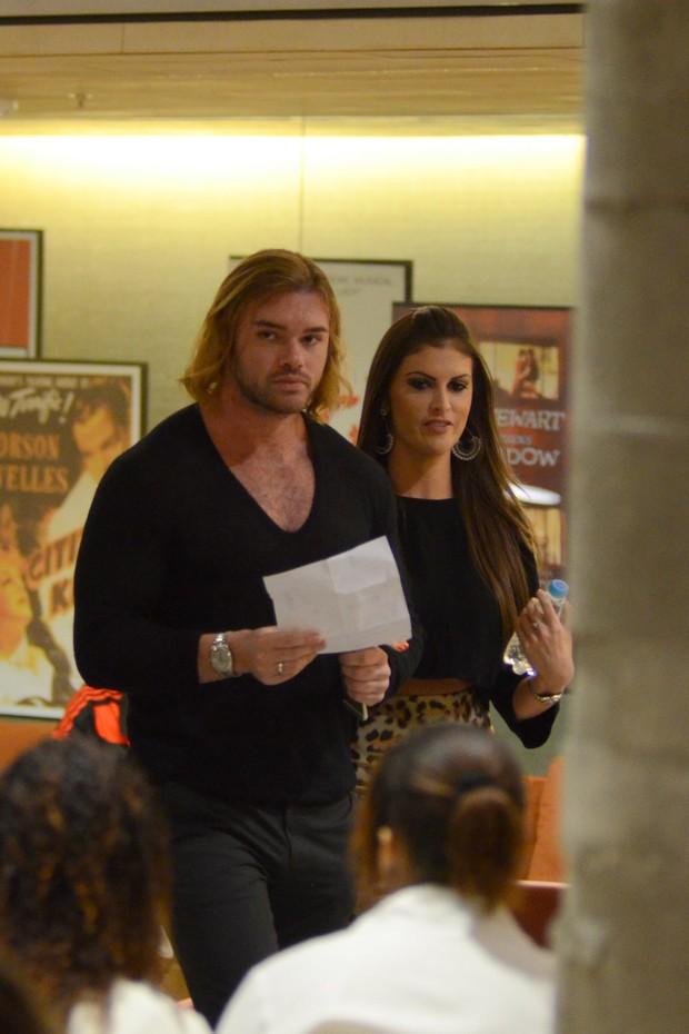 Thor Batista vai ao cinema com a namorada no Rio (Foto: Fábio Moreno/AgNews)