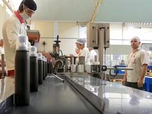 Empresa de Sarapuí dobrou produção para atender alta demanda por repelente (Foto: Reprodução/TV TEM)