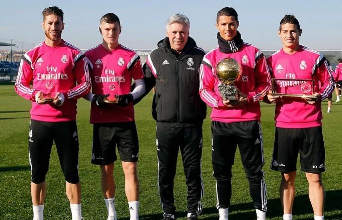 Cristiano Ronaldo posa com a Bola de Ouro ao lado de Ramos, Kroos, Ancelotti e James (Foto: Divulgação)